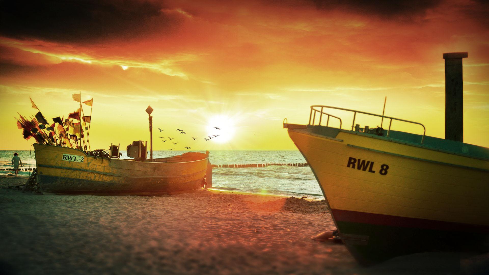 Spektakularny zachód słońca. Kutry rybackie na plaży, w tle latające mewy.